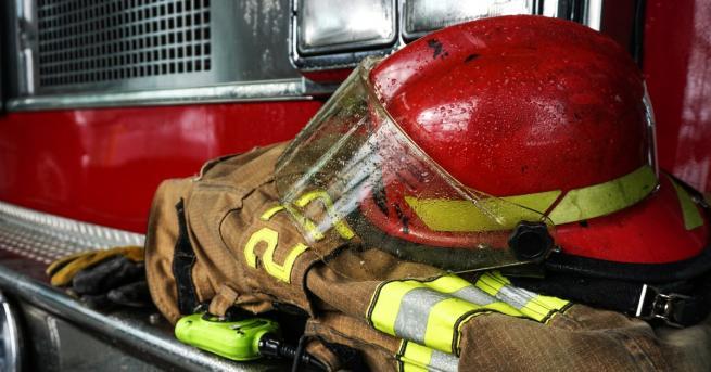 Пожарна се обърна в дере на входа на Куклен край