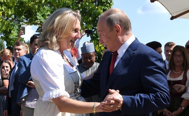 Путин е гостсватбата на външния министър на Австрия Карин Кнайсл