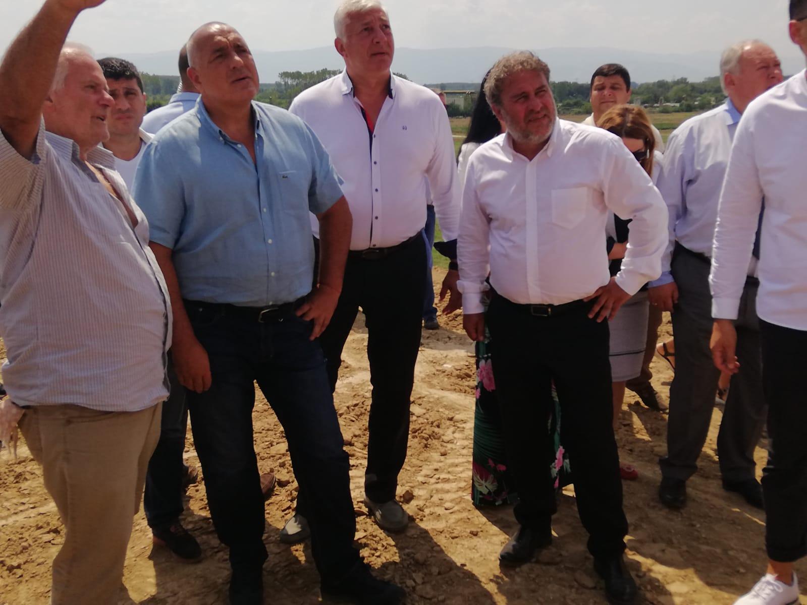 Премиерът Бойко Борисов и министърът на културата Боил Банов разгледаха находките, обяснени от доц. Костадин Кисьов, директор на Регионален археологически музей- Пловдив и ръководител на разкопките.