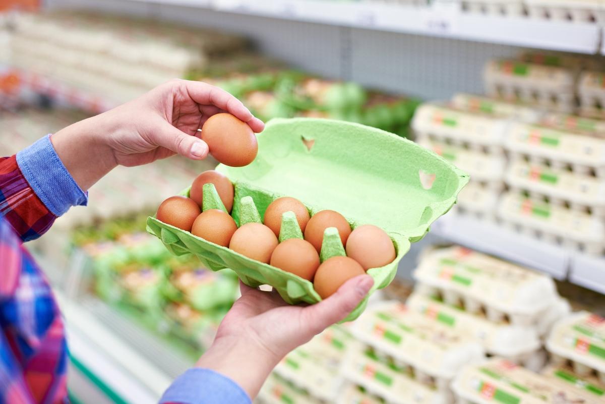 Яйца. Обикновено намалените яйца идват в много голяма бройка и едва ли ще можете да изядете всички. Ако хвърлите половината, на практика не сте взели нищо на промоция.