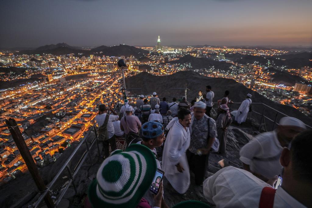 """Всеки мюсюлманин, който тази година посети свещените за исляма Мека и Медина ще получи на мобилния си телефон текстово съобщение от краля на Саудитска Арабия Салман ибн Абдулазиз ал Сауд, пише вестник """"Ал Ватан""""."""