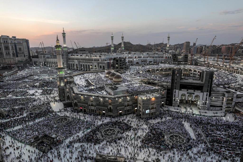 """Един от тях е всеки кандидат-хаджия мюсюлманин да се докосне и обиколи седем пъти кубообразната структура Кааба (Къщата на Всевишния, бел. ред.), в центъра на джамията """"Ал Масджид ал Харам"""" в свещения град Мека."""