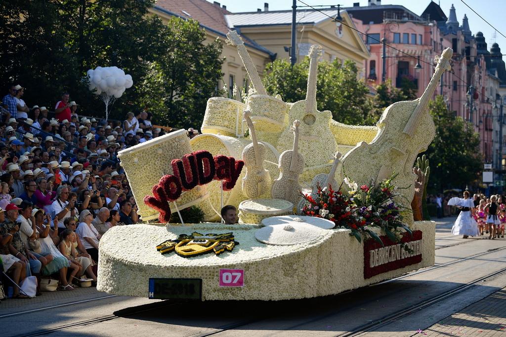 В шествието на фестивала се включват пищно украсени с цветя платформи на колела и артистични групи от цял свят.