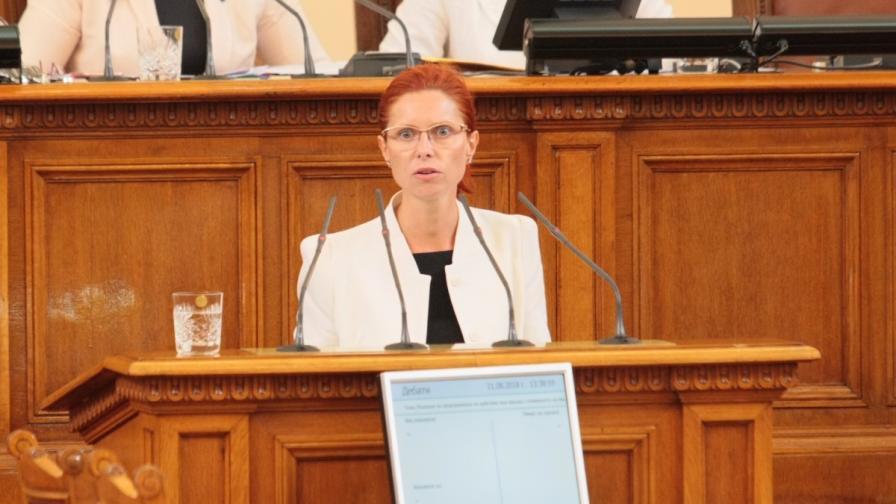 Ралица Агайн на парламентарната трибуна