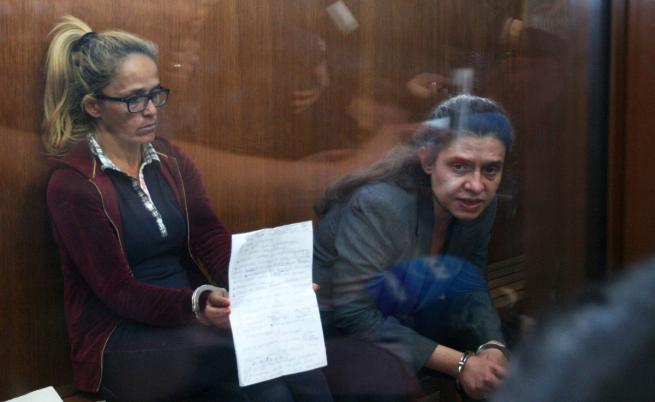 Десислава Иванчева и Биляна Пертова (вдясно) в съда