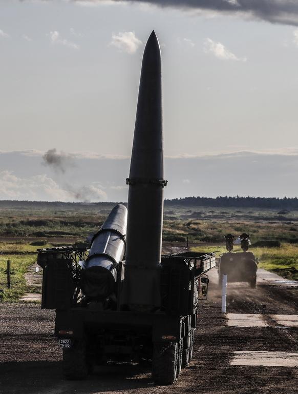 """9М72 Искандер е руска квазибалистична ракета с малък обсег. След изстрелване ракетата не следва изцяло балистична траектория и не напуска земната атмосфера. Траекторията се контролира по време на целия полет от компютърни системи. Искандер може да прави резки завои във въздуха и да изстрелва противомерки. Основното ѝ предназначение е унищожаването на вражески противовъздушни установки, ракети,<a data-cke-saved-href=""""https://bg.wikipedia.org/wiki/Артилерия"""" href=""""https://bg.wikipedia.org/wiki/Артилерия"""" n title=""""Артилерия"""">артилерияи приземена летателна техника, както и нанасянето на щети по комуникационни възли, командни постове и инфраструктурни обекти от голяма значимост."""