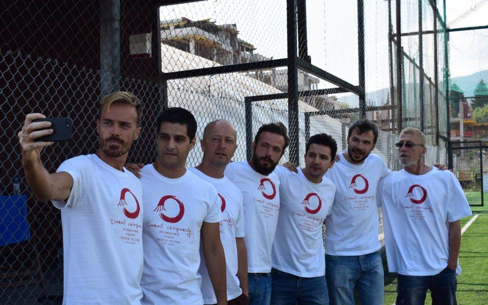 Актьори излизат на футболния терен срещу Берое в благотворителен мач