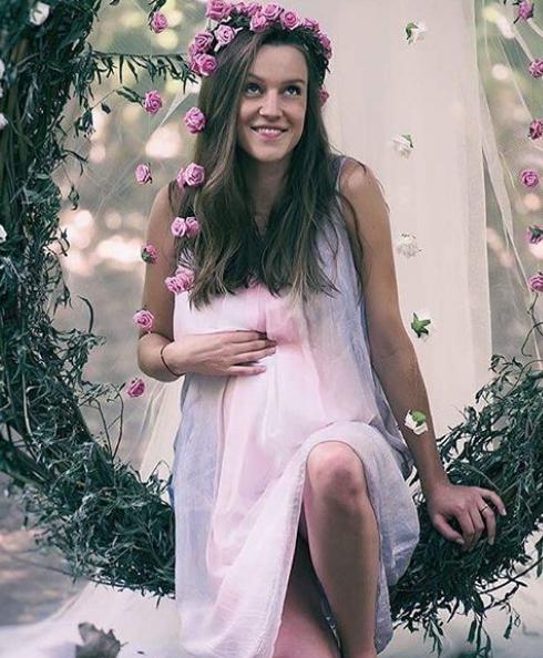 """В края на май актрисата Дария Симеонова съобщи в социалните мрежи, че е бременна. Това ще е първото дете за звездата от """"Откраднат живот"""" и годеника ѝ. Дария вече е в напреднала бременност, а наскоро спдоели снимки от приказна фотосесия, дело на Красена Ангелова."""