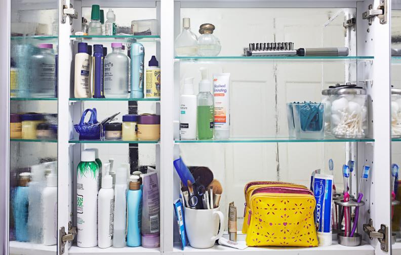 Тоалетните принадлежности, които вече не използвате. Тук влючваме шишенца и опаковки от шампоани, душгелове, кремове, соли за вана и всички останали подобни на тях продукти, които в миналото сте си купили, използвали сте ги известно време, но сега нямате нужда от тях. Вместо да заемат място в тоалетката ви, просто ги подарете на приятелка, която ще ги ползва вместо вас.
