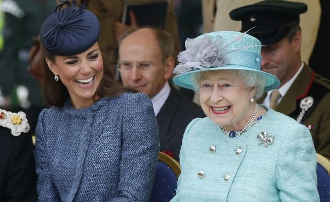 Най-забавните моментина кралицата заедно с Кейт и Меган