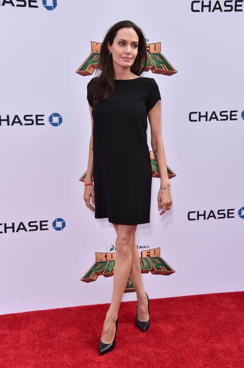 - Джоли и Пит се разделиха през 2016 г., когато публичните изяви на актрисата бяха много малко. В повечето случаи облечена в черно.