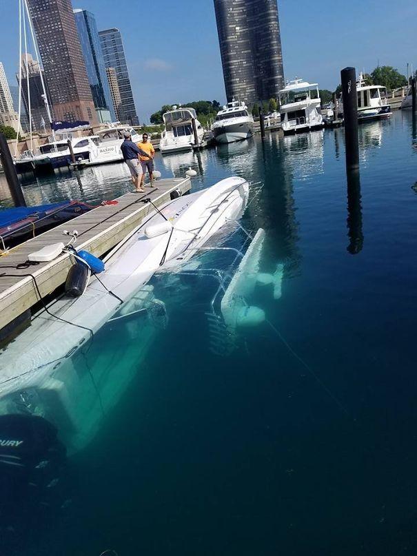 """Внимавай как """"паркираш"""" лодката. Може да не ти я откраднат, но да я удавиш."""