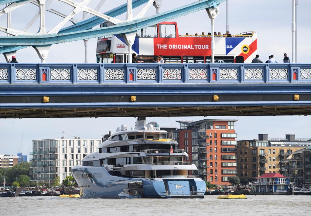 В момента той живее на супер яхтата си Aviva. На нея той държи и своята колекция от произведения на изкуството, на стойност 1 млрд. долара.