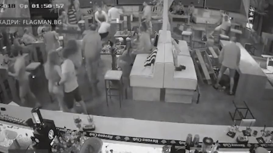 Масов бой в бар в Бургас - мъже се дърпат за косите, хвърлят маси