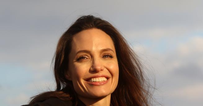 Американската актриса Анджелина Джоли тежи едва 35 килограма и се