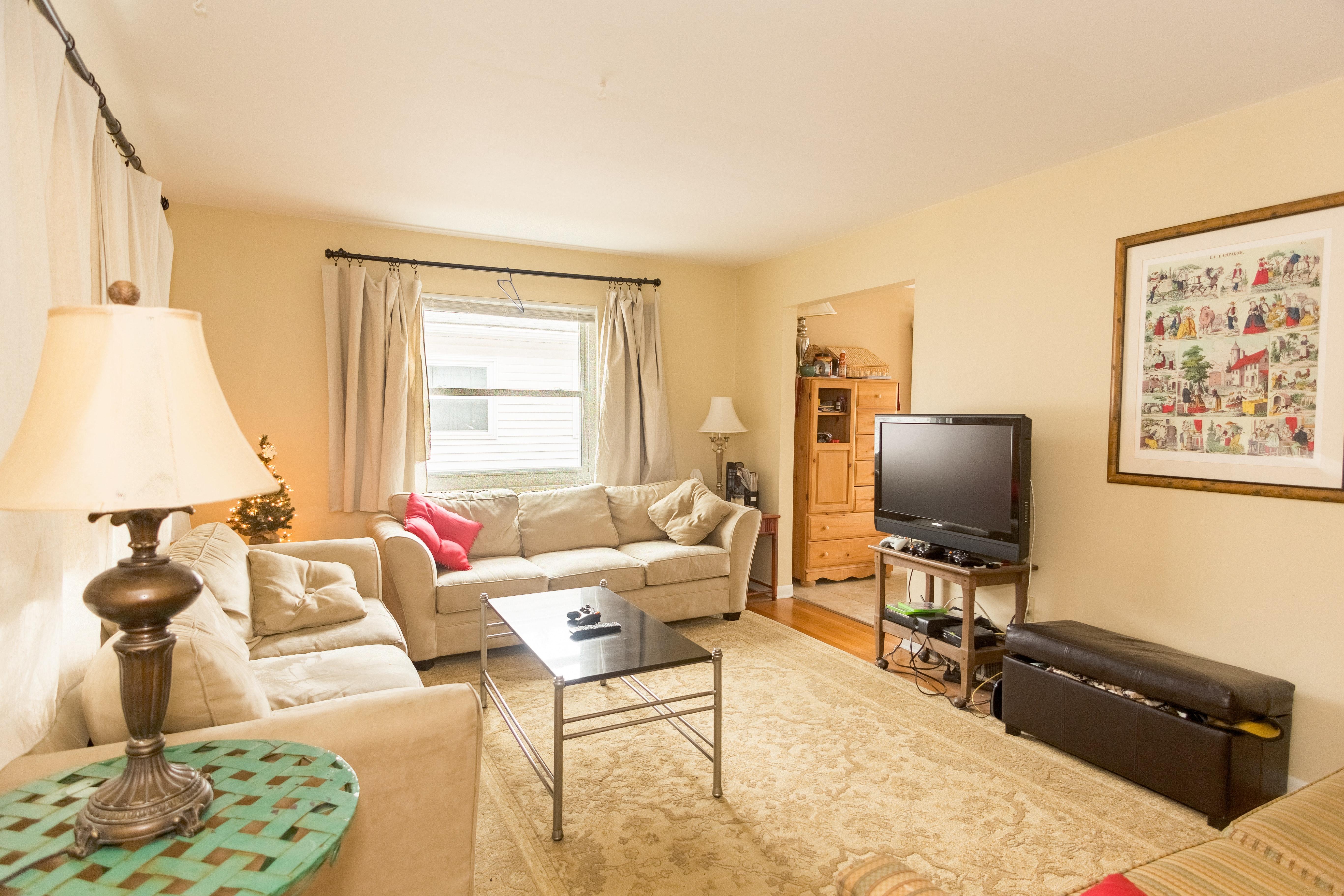 <p>Разместете мебелите в дневната. Така ще имате възможност да избършете добре под тях, където се събира много прах и трохи. С разместването не само чистите, но и разнообразявате стаята.</p>