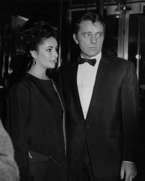 """- 1964 г. Ричърд Бъртън и Елизабет Тейлър се женят за първи път. Любовта им пламва по време на снимките на """"Клеопатра"""". Двамата се развеждат, а след..."""