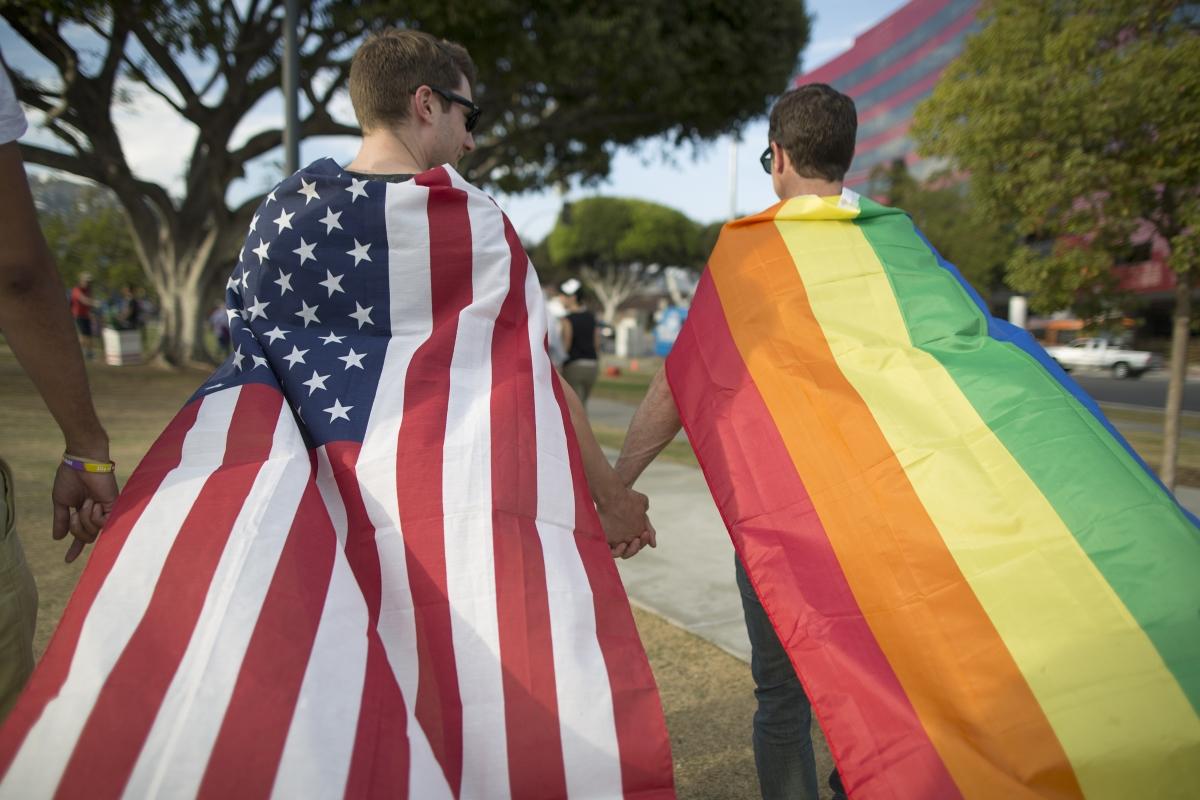 На 6 септември 2005 година щатът Калифорния става първият, който признава еднополовите бракове. На снимката: двойка празнува решение на Върховния съд на Щатите еднополовите бракове да са законни в цялата страна.