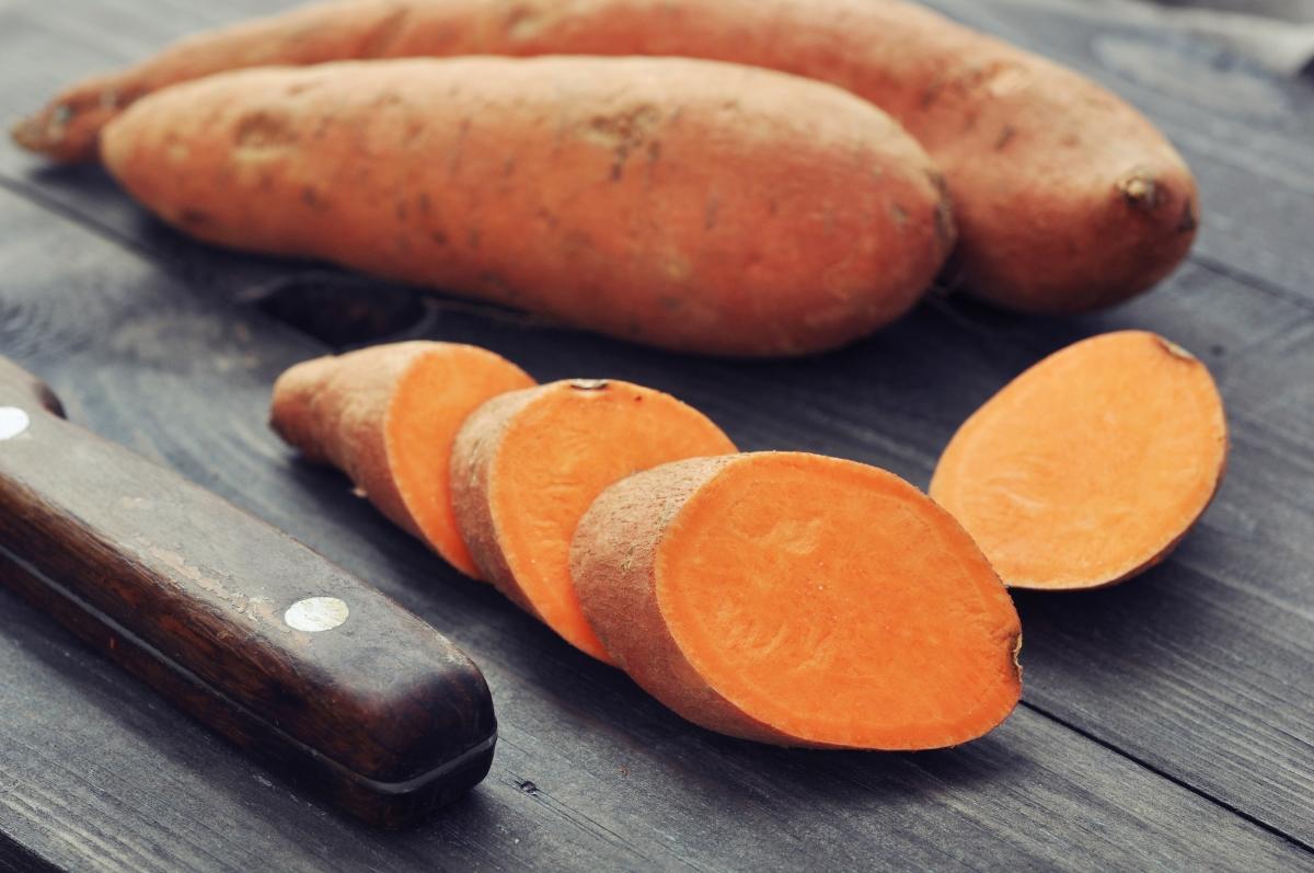 Сладки картофи. Съдържа витамини А, C и B-6.