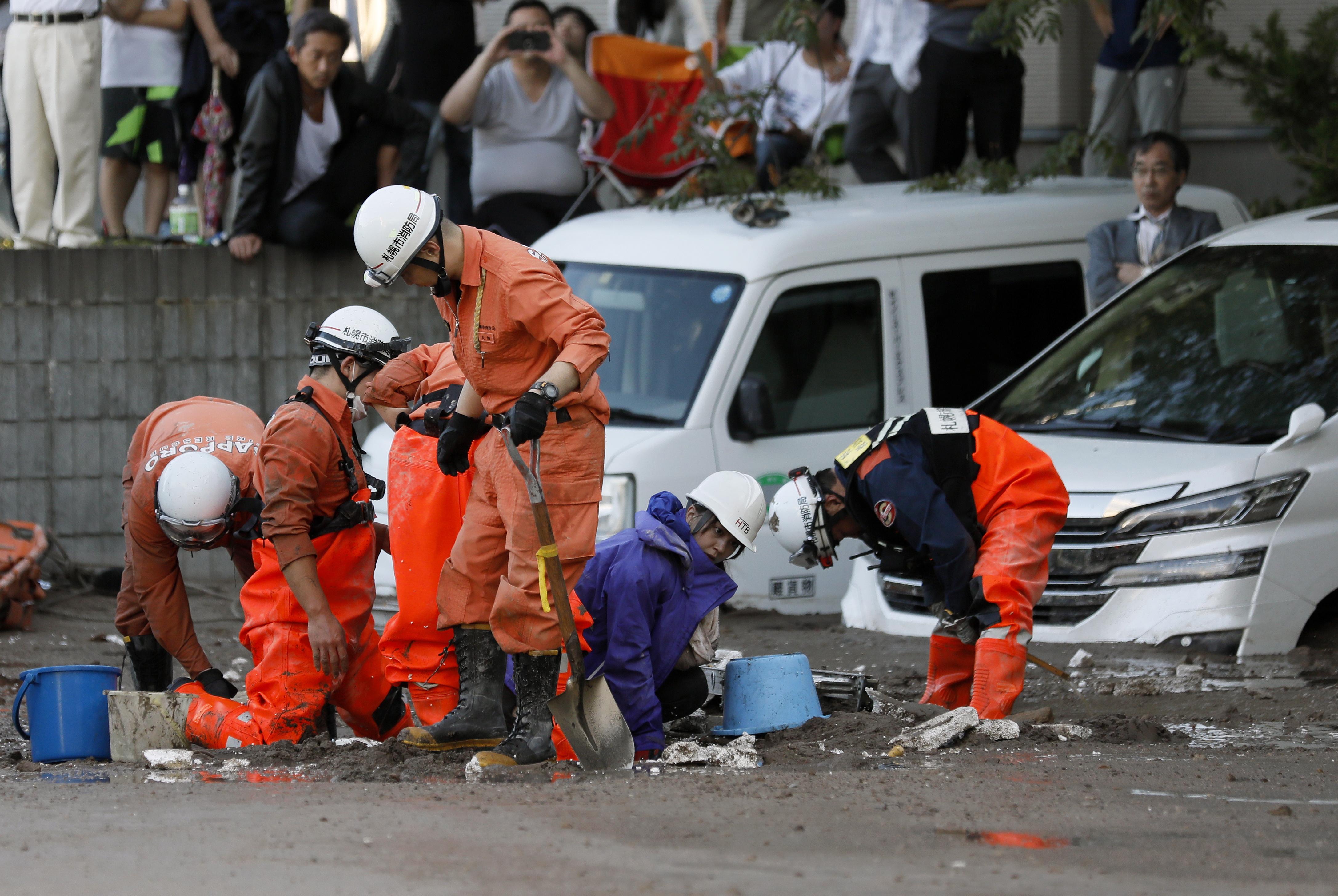 Броят на жертвите на силното земетресение, ударило вчера японския остров Хокайдо, нарасна на осем, след като в развалините на къща в планинското селище Ацума бяха открити още пет трупа, съобщи Франс прес, като цитира телевизия Ен Ейч Кей. Най-малко 39 души се водят за изчезнали в Ацума, където трусът с магнитуд 6,6 е предизвикал огромни свлачища, затрупал къщи и пътища. Над 120 са ранените.