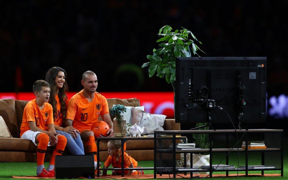 На дивана пред телевизора, но на терена - уникалното сбогуване с Уесли Снайдер