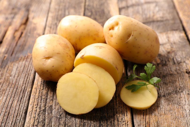 <p>Пресни картофи, независимо дали са измити или обелени, се слагат във вряща вода и се оставят на умерен огън за 15-20 минути.</p>