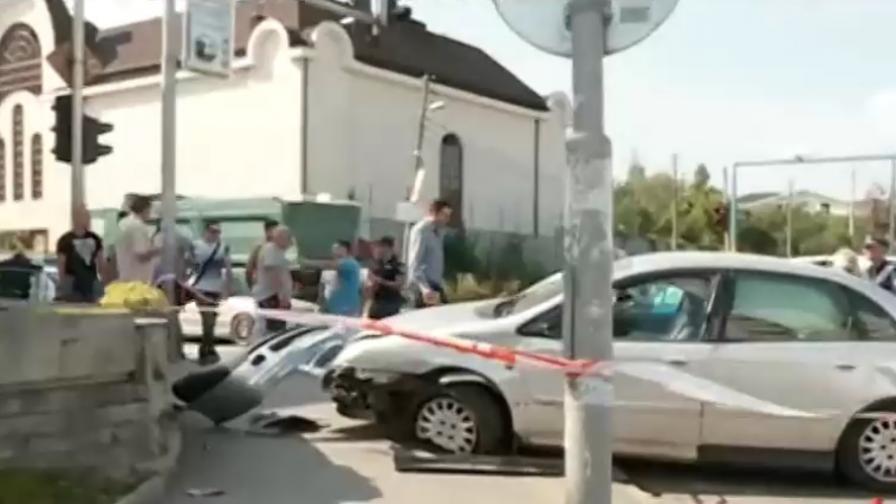 Кола се вряза в търговски център в София, пострадали