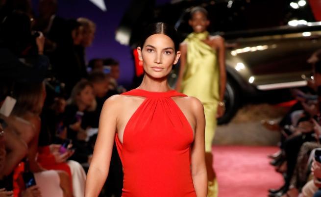 Бременната в 5-ия месец Лили Олдридж на модния подиум в Ню Йорк