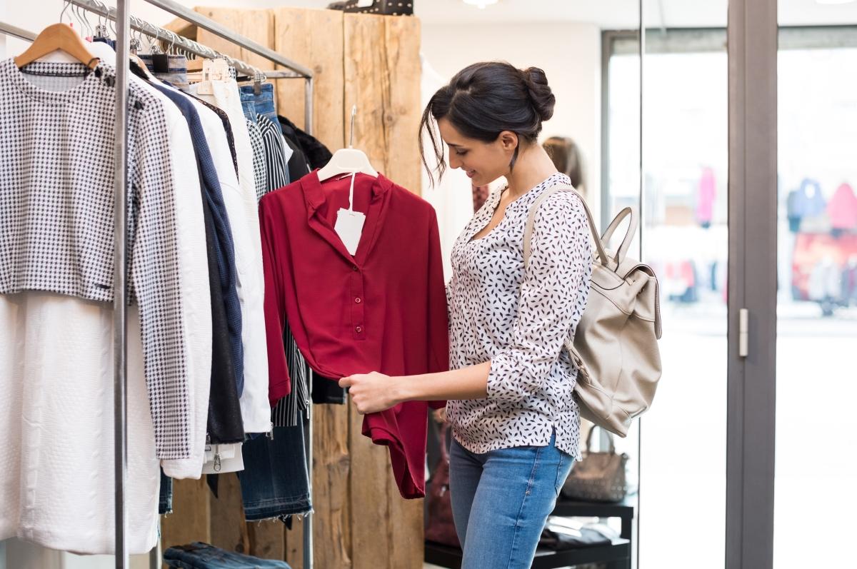 Спрете да си купувате всяка дреха в магазина, която ви харесва. Ако нещо грабне вниманието ви, но нямате с какво да го съчетаете и ще се наложи да купите още неща след това, по-добре не го взимайте.