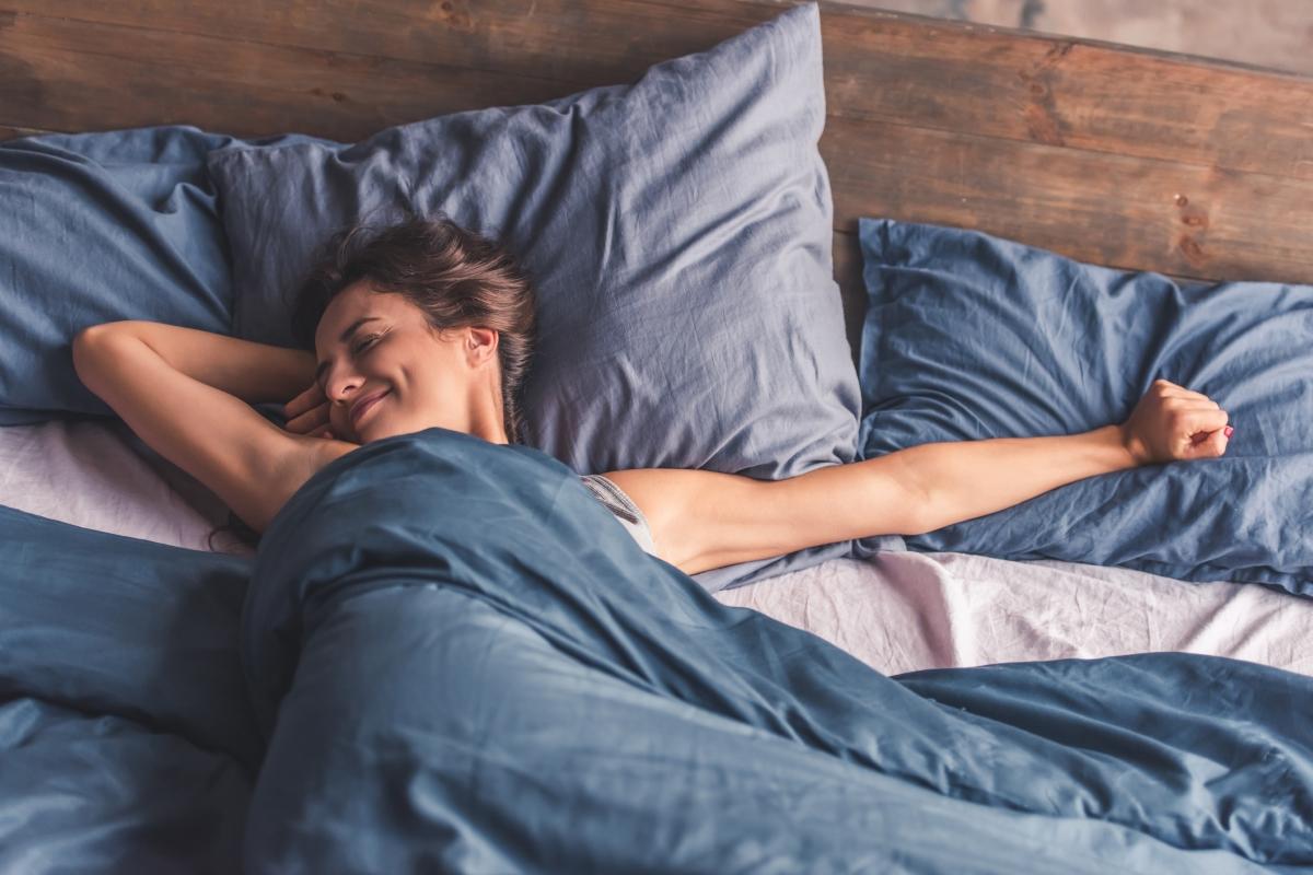 Упражнението, при което повдигате краката си до стената, подобрява съня. Според някои специалисти, тази поза е близка до медитацията - позволява ни да дишаме по-дълбоко и да се успокоим. Именно затова след нея се заспива по-лесно.
