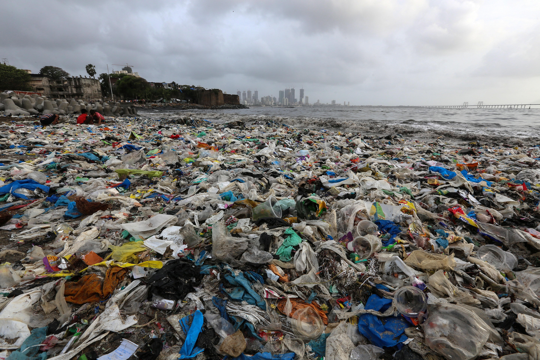 Плажът на 18,5 милионния Мумбай по-рано тази година - едно от най-замърсените места на Земята