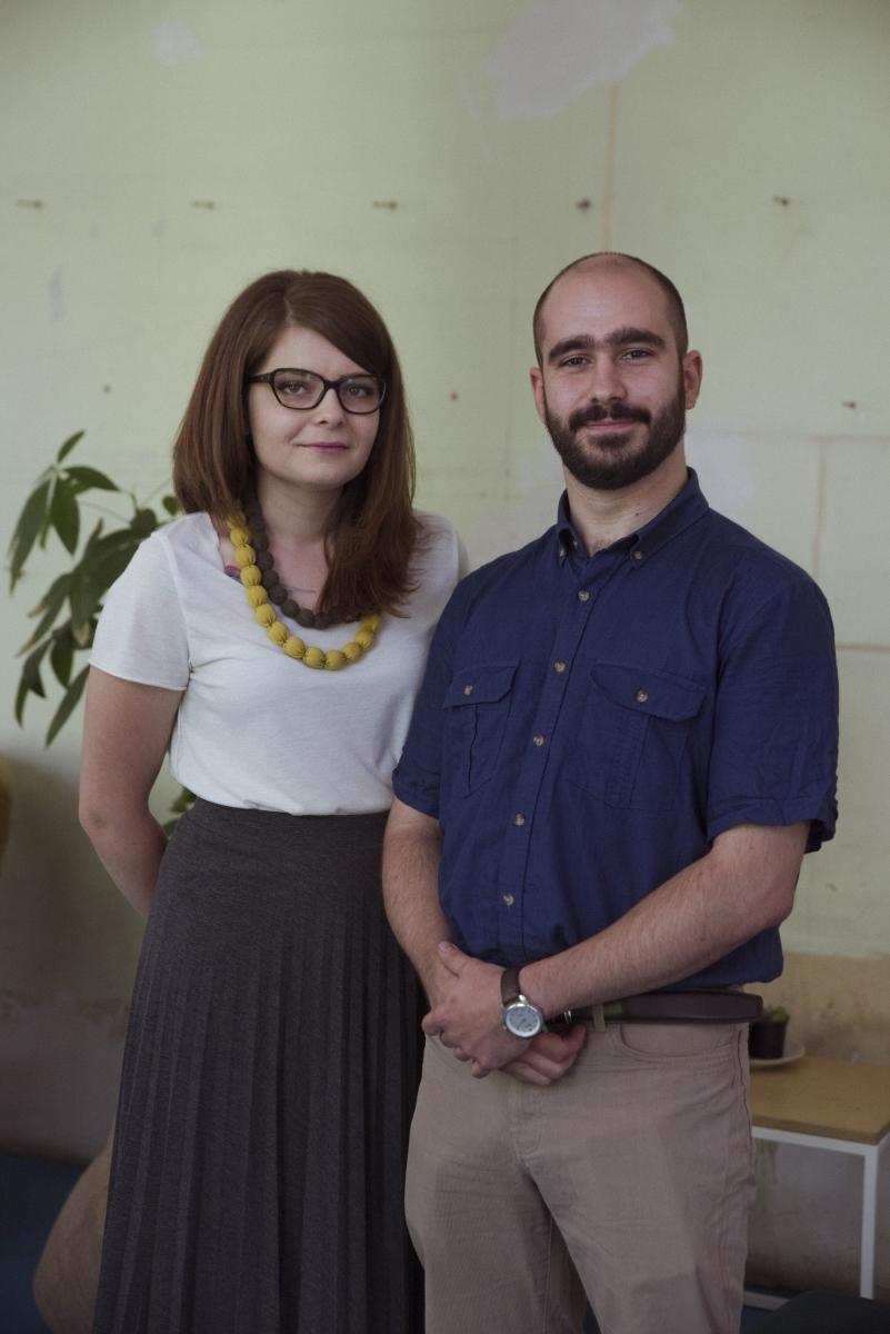 Златина Димитрова и Наско Стаменов от Пътуващата лаборатория на Корпус за бързо гърмене. Тя има за цел да даде възможност на всеки един ученик да направи сам химични експерименти в училище, за да се докосне до науката в истинската й форма.
