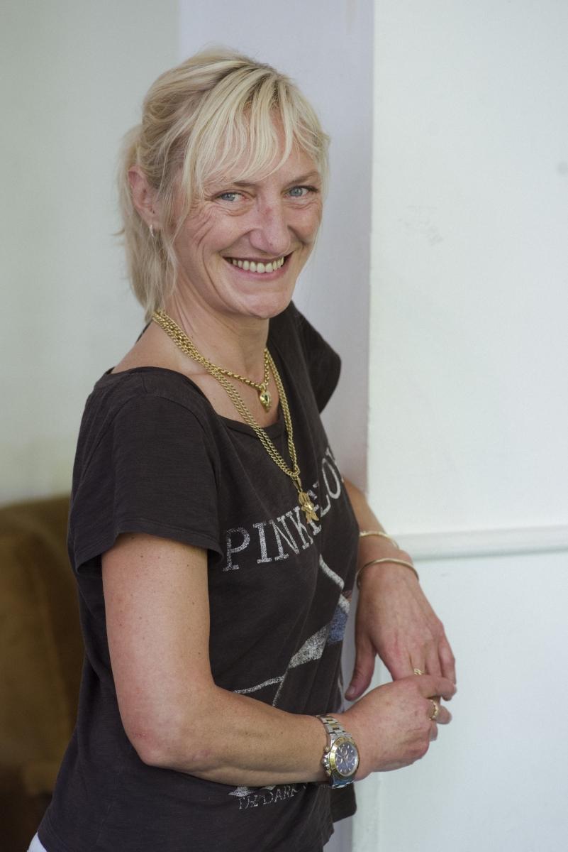 """Светла Иванова е основател на """"На линия сме"""" - проект за комбинирана превенция на употребата на психоактивни вещества (наркотици, алкохол). Проектът включва онлайн платформа за споделяне и директни срещи и консултации с деца, родители и учители."""