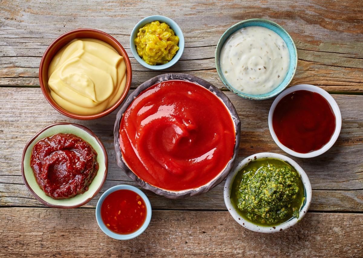 Кетчуп. Според популярна шега в интернет, храната е измислена, за да има с какво да ядем кетчупа. Той съдържа и захар, и мононатриев глутамат.