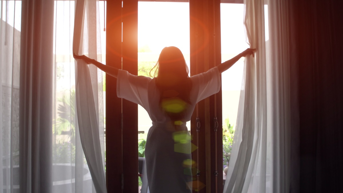Изпълнете дома си с чист въздух и светлина. Отваряйте прозорците често и отглеждайте растения, които да освежават въздуха. Нека в дома ви да има колкото може повече слънчева светлина.