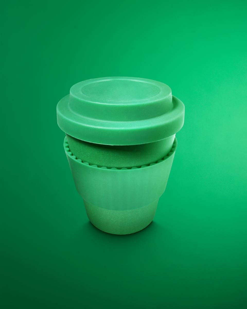 Чаша за многократна употреба. Една бамбукова преносима чаша може да не ни натежи чак толкова. Не знаете на какви места можете да попаднете и къде ще ви се наложи да пиете кафе.