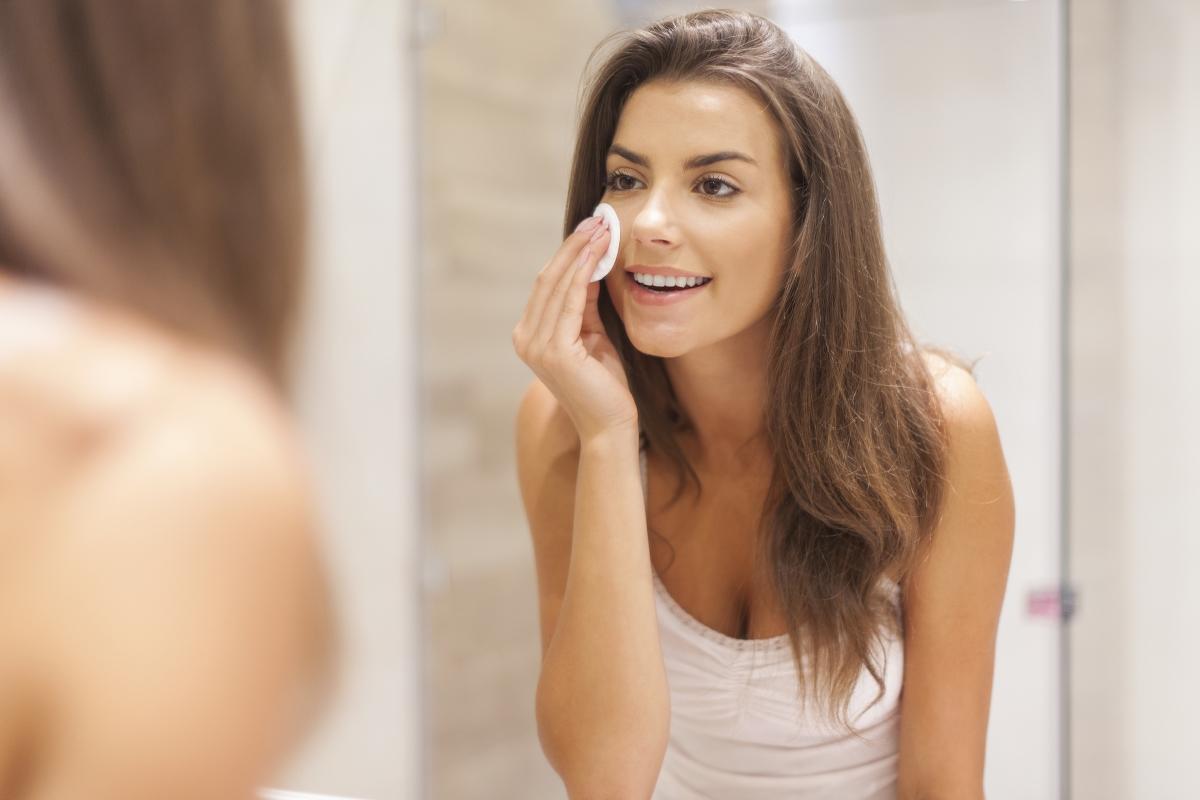 Зле премахнат грим. Както вече казахме, търкането на деликатната кожа на лицето причинява нарушения в структурата на кожата и това води до преждевременно стареене. В съчетание със сле премахнат грим, това води до по-бързо стареене и бръчки.
