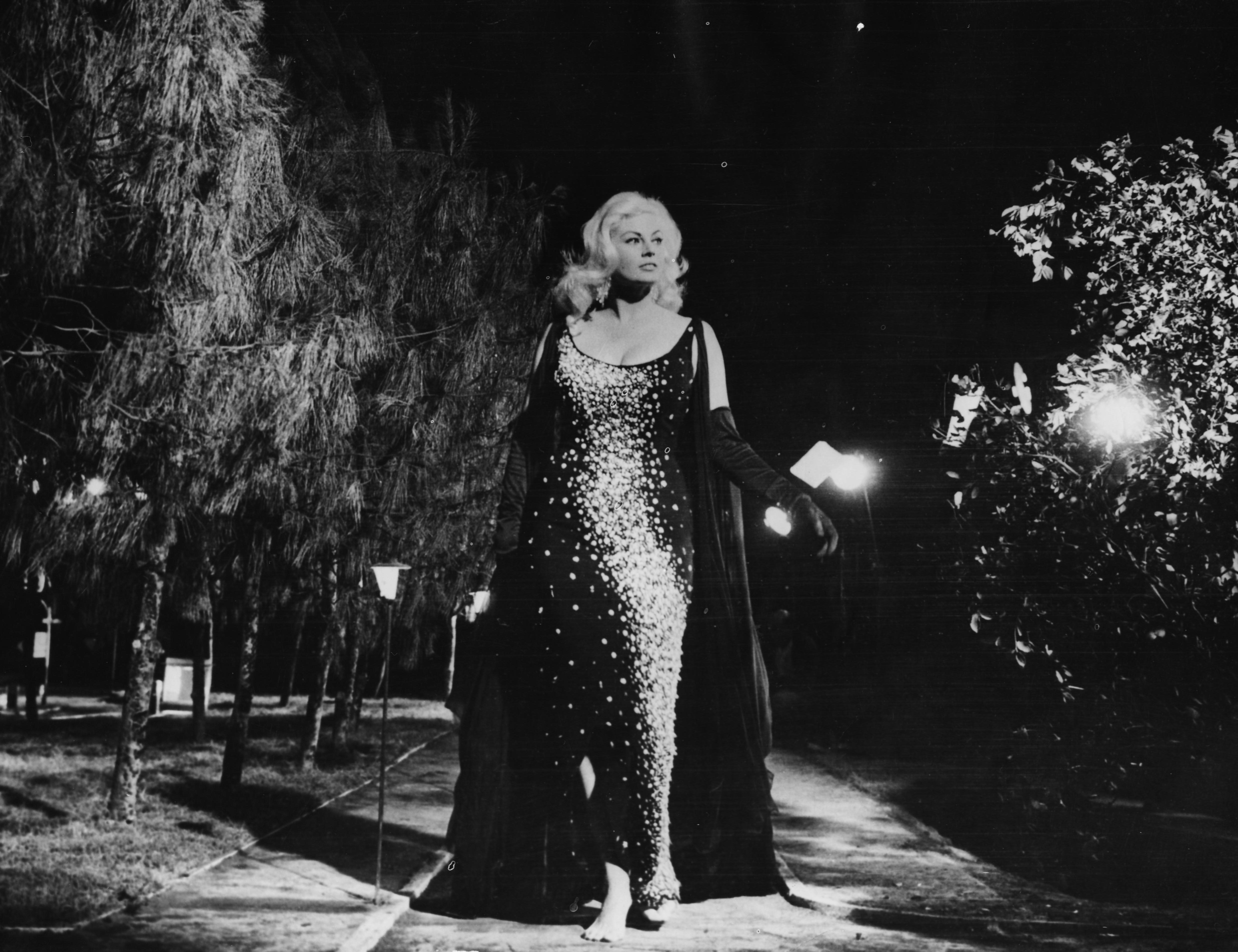 """Анита играе и в други филми, новръхвкариерата й е""""Сладък живот"""". <div>Красивата Екберг е вролятана филмовата звезда Силвия. Епичният момент, който е запечатан в историята на киното като култов -сцената във фонтана.</div>"""