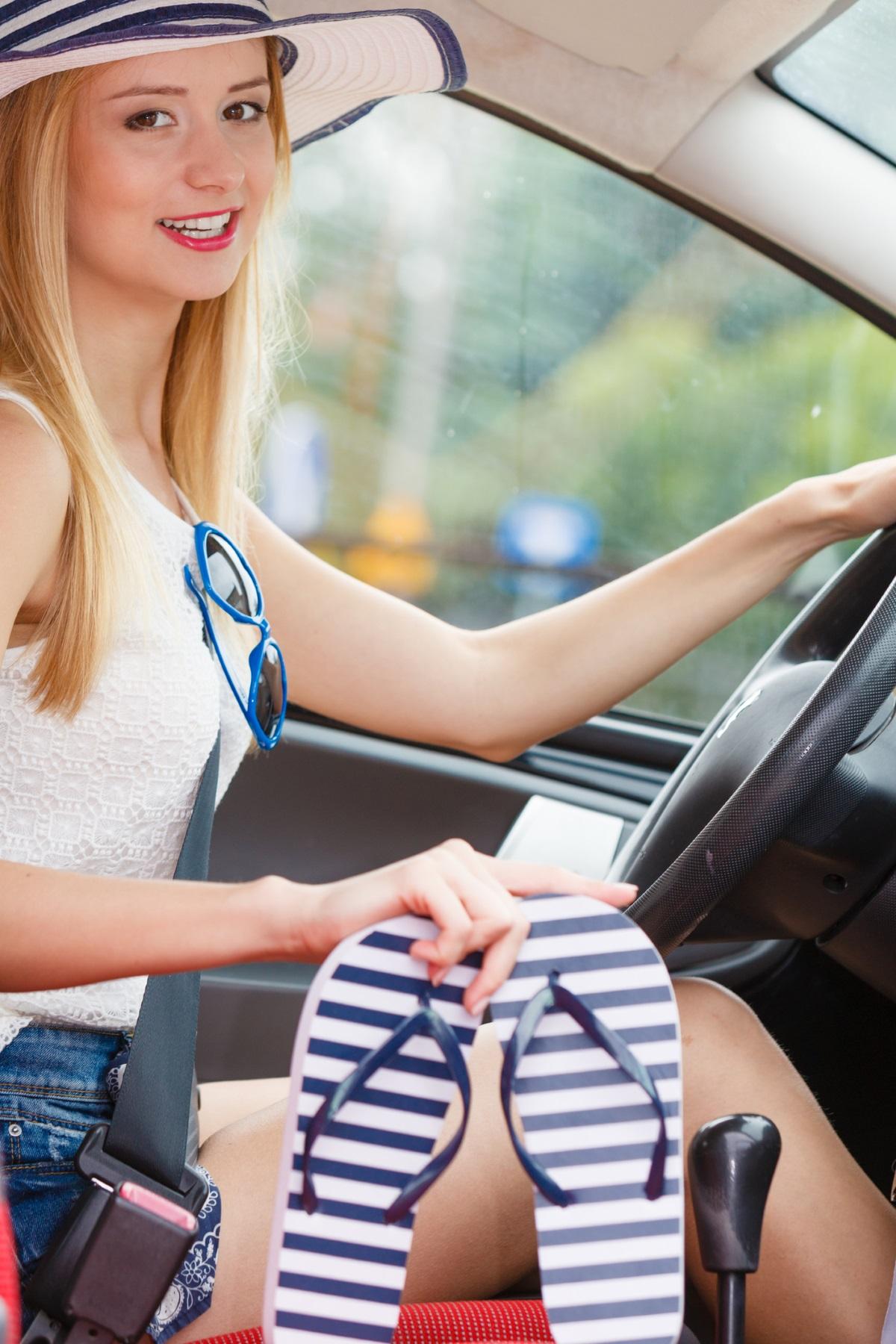 В Испания е забранено шофирането с джапанки или с каквито и да е отворени отзад или отпред обувки, както и с обувки с висок ток. Шофирането с боси крака също е забранено. Глобите за неспазване на тези правила може да излязат до 200 евро.