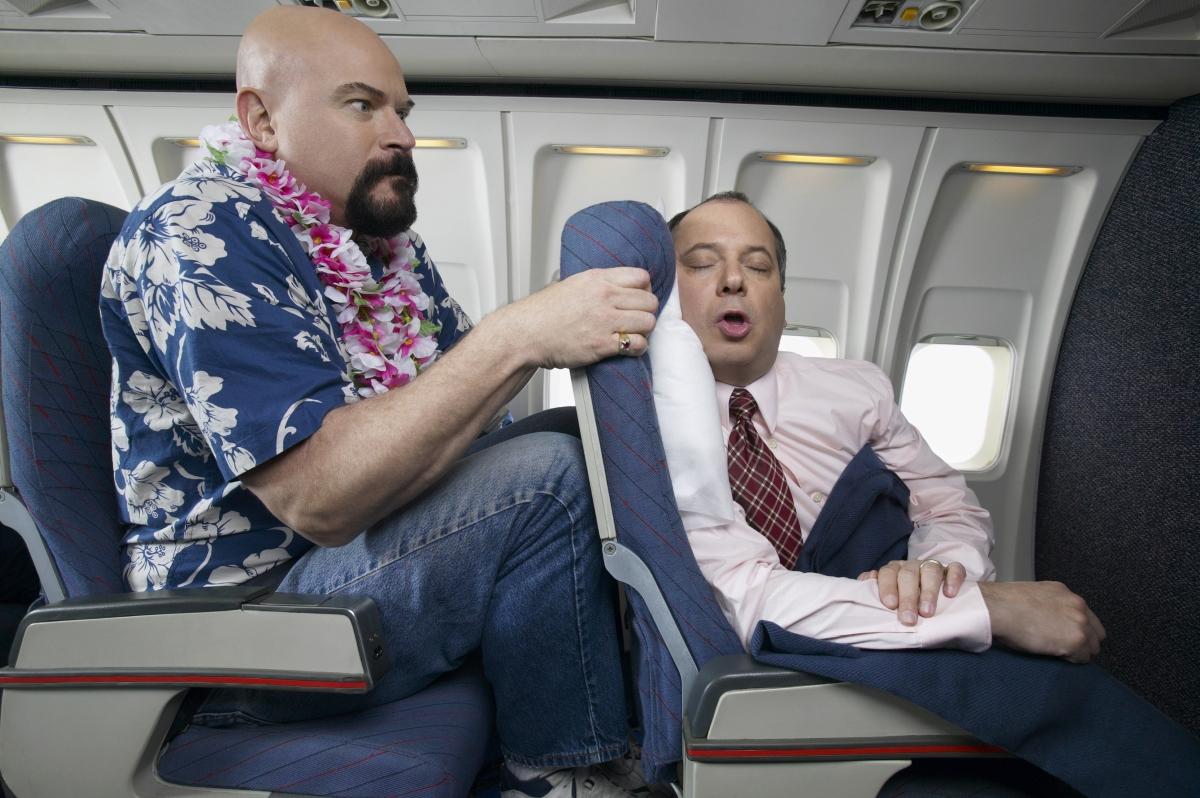 Да, разбира се, че няма проблем да смъкнете седалката в автобуса или самолета, така че да си починете и да ви е удобно. Какво значение има човекът зад вас?