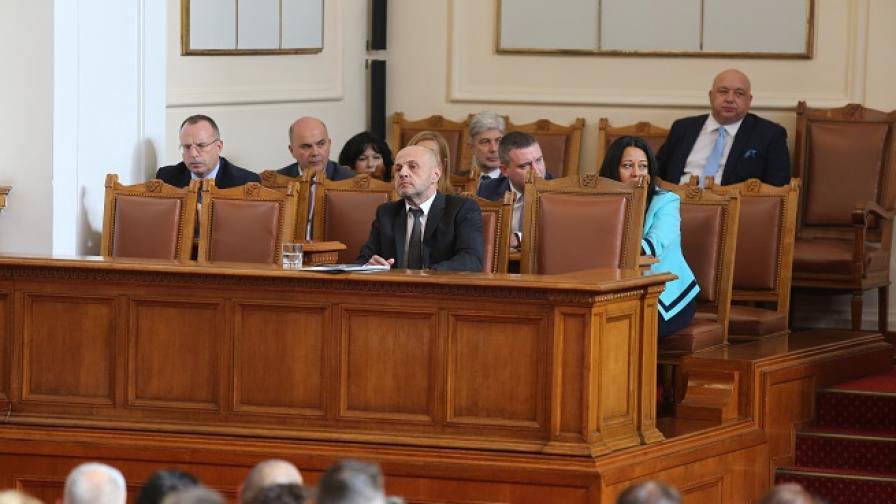 Депутатите работиха до полунощ, скандал в НС