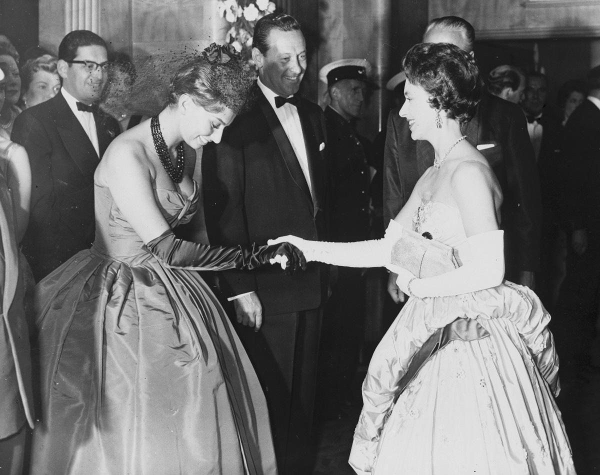 София Лорен се среща с принцеса Маргарет в Бъкингамския дворец