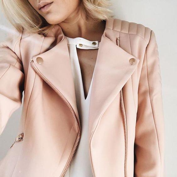3. С голяма сила се завръщат и кожените облекла - не само под формата на якета и не само в класическите кафяви и черни тонове. Кожени рокли, поли, дълги връхни дрехи ще покриват телата ни, категорични са модните експерти.
