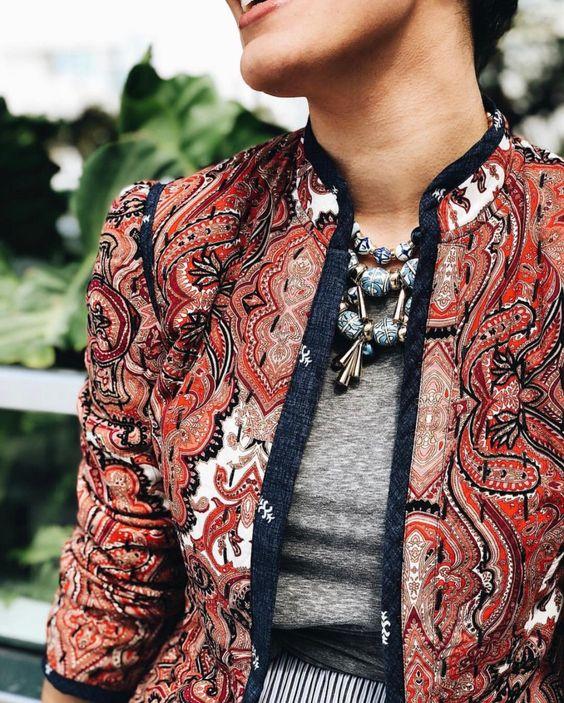 2. Смелите принтове върху дрехите, които напомнят на произведение на изкуството. Развихрете се смело в избора си на форми и цветове като шарка на роклите, ризите, полите и костюмите си и няма да останете незабелязани.
