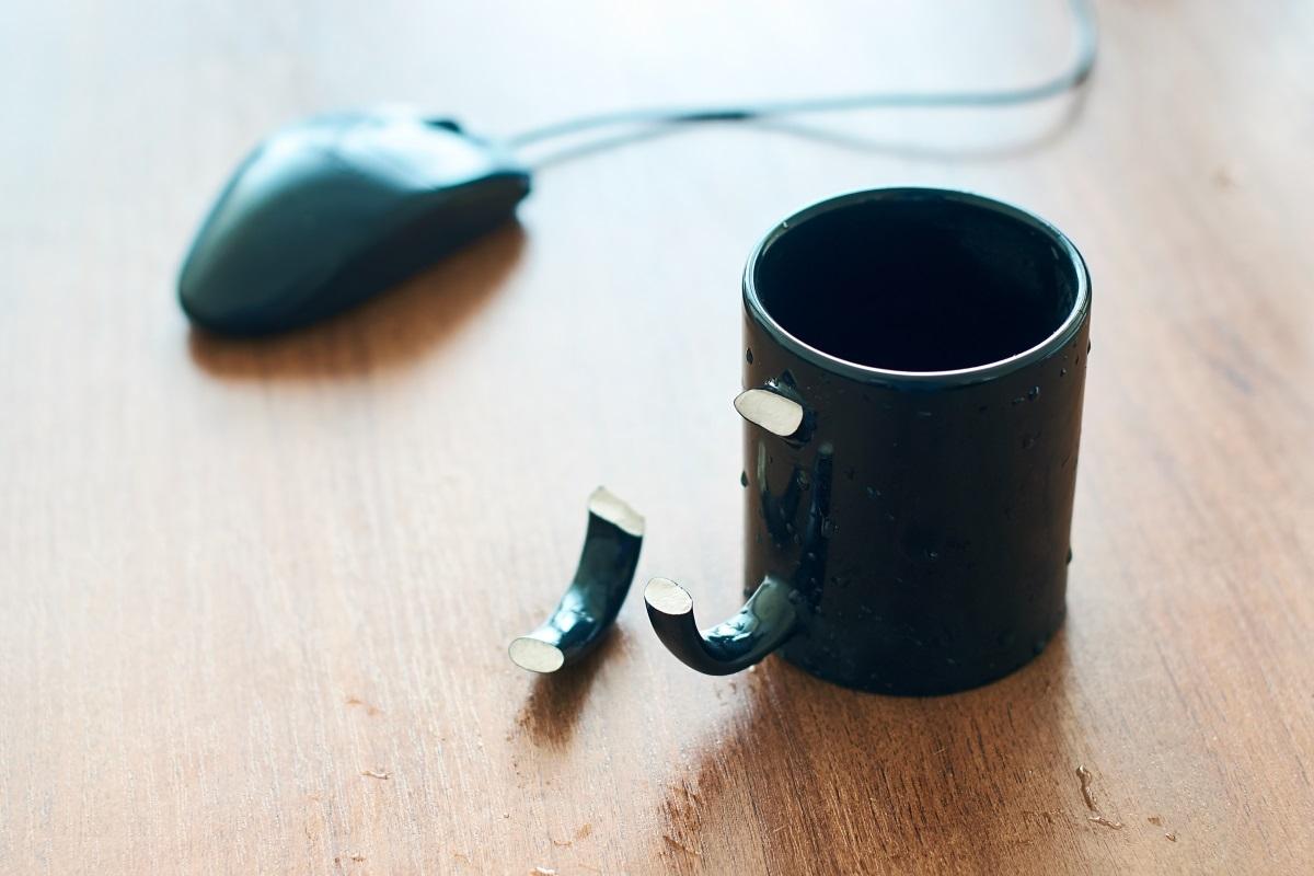 3. Счупени чаши, купи, чинии - жалко е, когато без да искате счупите любимата си чашка за кафе, но по-добре освободете място в шкафа, отколкото да я оставите там с намерението да я използвате и това никога не се случва.