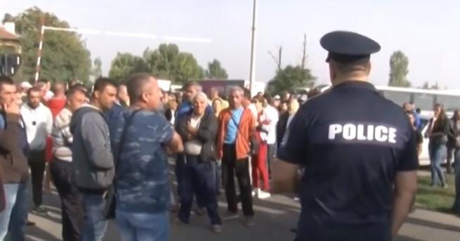 """Работниците от затворения от Агенция """"Митници"""" """"Винпром Карнобат"""" блокираха жп"""