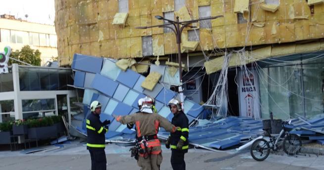 Фасада на търговски център в Благоевград рухна заради силния вятър.