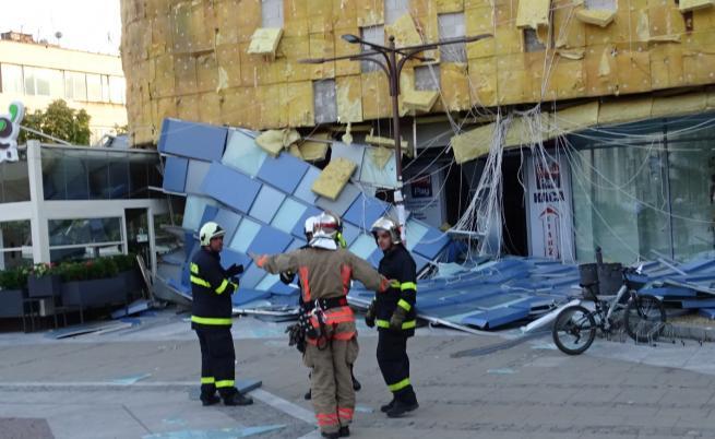 Бурният вятър събори фасада на мол, хиляди са без ток