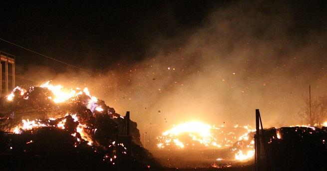 Голям пожар избухна снощи в Топлофикация - Сливен. Три екипа
