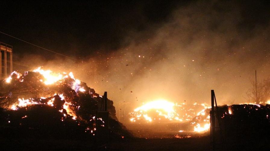 Голям пожар в ТЕЦ-Сливен, 15 часа борят стихията